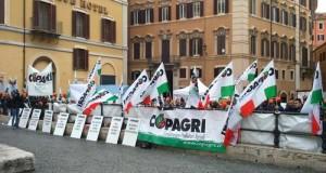 Protesta degli agricoltori Copagri in piazza Montecitorio. Per il M5S è assolutamente necessario modificare il decreto IMU