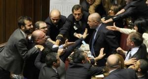 Mentre il Parlamento Lega, NCD, PD e SEL la buttano in rissa, sull'Italia si affaccia il pericolo Isis