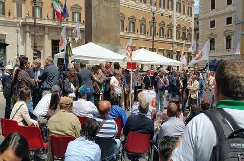 Sindaci, associazioni, aziende agricole riunite nel Coordinamento Nazionale NO-IMU hanno manifestato sotto la Camera dei Deputati contro l'Imu agricola