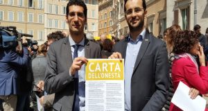 Dieci punti, dieci proposte di legge già depositate dal Movimento 5 Stelle costituiscono la Carta dell'Onestà presentata dinanzi a Montecitorio
